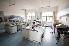 Moderner Forschungslaborinnenraum Stockbild