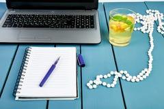 Moderner Frauenarbeitsplatz mit Notizbuch oder Laptop stockfotos