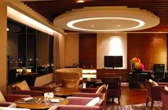 Moderner Gaststätteinnenraum in der Nachtablichtung Stockfotografie