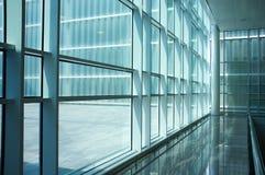 Moderner Gebäudeinnenraum Stockbild