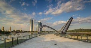 Moderner Gebäudeturm an der Feuchtigkeit Lizenzfreie Stockfotos