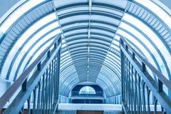 Moderner Gehweginnenraum des Tunnels stockfotos