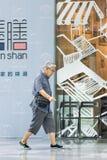 Moderner gekleideter Senior an Livat-Einkaufszentrum, Peking, China Stockfoto