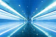 Moderner geometrischer Geschäftsinnenraum in der blauen Tönung. Stockfotografie