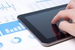 Moderner Geschäftsanalytiker mit Tablette PC Stockbild
