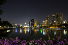 Moderner Geschäftsbereich nachts in Bangkok, Thailand Lizenzfreie Stockbilder