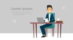 Moderner Geschäftsmann, der an Laptop-Computer Sit At Office Desk Over-Hintergrund mit Kopien-Raum arbeitet Stockbild