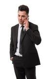 Moderner Geschäftsmann, der auf seinem Smartphone spricht Stockbild