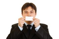 Moderner Geschäftsmann, der unbelegte Visitenkarte anhält Stockfoto