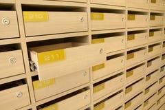 Moderner hölzerner Briefkasten in der Wohnung Lizenzfreie Stockbilder