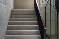 Moderner hölzerner Handlauf im Gebäude - Design/Innenraum Lizenzfreie Stockfotos