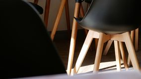 Moderner hölzerner schwarzer Lehnsessel verziert in der Kaffeestube lizenzfreie stockbilder