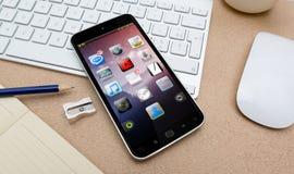 Moderner Handy auf einer Wiedergabe des Schreibtisches 3D Stockfotografie