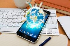 Moderner Handy mit digitalen Weltmarksteinen Stockbild