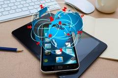 Moderner Handy mit Reiseikonenanwendung Lizenzfreies Stockbild