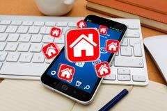 Moderner Handy mit Reiseikonenanwendung Lizenzfreie Stockfotos