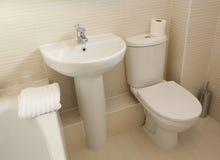 Moderner Hauptbadezimmer-Innenraum stockfotografie