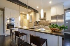 Moderner heller Kücheinnenraum Stockfotografie