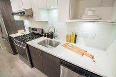 Moderner heller Kücheinnenraum Stockbilder