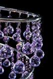 Moderner High-Techer Leuchter von den purpurroten Farbkristallen lokalisiert auf Schwarzem Lizenzfreie Stockfotografie