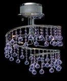 Moderner High-Techer Leuchter von den purpurroten Farbkristallen lokalisiert auf Schwarzem Stockbilder