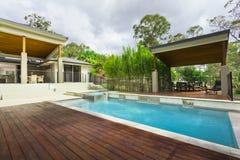 Moderner Hinterhof mit Pool Stockbilder