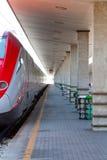 Moderner Hochgeschwindigkeitszug an der Bahnstation lizenzfreie stockfotos