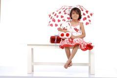 Moderner Holding-Teddybär des kleinen Mädchens Lizenzfreie Stockfotos