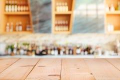 Moderner Hotelaufenthaltsraum und -Bar mit dem shelfe von alkoholischen Getränken lizenzfreies stockbild