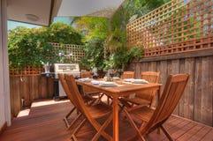 Moderner im Freien lebender Bereich mit Bauholzeinstellung Stockfotos