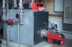 Moderner Industriegaskessel der hohen Leistung mit Erdgasbrenner in der Gaskesselanlage Stockfotos