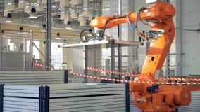 Moderner Industrieroboterarm, der in der Fabrik arbeitet stock video