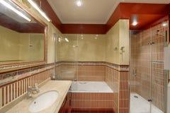 Moderner Innenraum des Badezimmers im neuen Haus Lizenzfreie Stockfotos