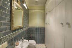 Moderner Innenraum des Badezimmers im neuen Haus Stockbilder