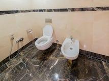 Moderner Innenraum des Badezimmers und der Toilette Stockfoto
