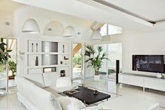 Moderner Innenraum des Snow-white Wohnzimmers lizenzfreie stockfotos