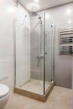 Moderner Innenraum eines Badezimmers mit Dusche Lizenzfreie Stockbilder