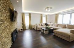 Moderner Innenraum eines Wohnzimmers mit Kamin und Fernsehen Stockbild