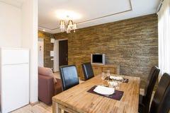Moderner Innenraum eines Wohnzimmerstudios Stockbild