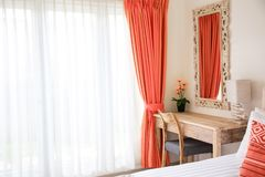 Moderner Innenraum Minimalistic des Schlafzimmers Lebendes korallenrotes Dekorkonzept stockbild