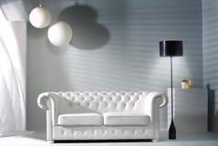 Moderner Innenraum mit den hellen Möbeln Stockbilder