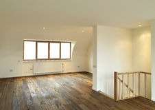 Moderner Innenraum mit hölzernem Fußboden Lizenzfreies Stockfoto