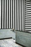 Moderner Innenraum mit Schwarzweiss-Streifen stockfotos