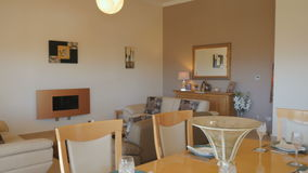 Moderner Innenraum mit Speisetische und Wohnzimmer stock video footage