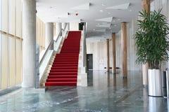Moderner Innenraum mit Treppen lizenzfreies stockbild