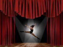 Moderner Jazz-Straßen-Tänzer-Springen lizenzfreie stockfotos