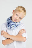 Moderner Jugendlichjunge im blauen Schallächeln Stockbild