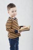 Moderner Junge in einem weißen T-Shirt und in den Hosenträgern Stockfotos