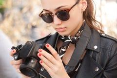 Moderner junger Fotograf stockfotos