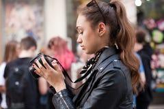 Moderner junger Fotograf stockbild